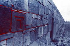 Sangre Aymara (NenaRayo) Tags: film 35mm blood mural ruins poetry poem dof bokeh stones kultur pueblo perspective culture bolivia paisaje ruinas pelicula perspectiva poesia indien gedicht cultura sangre diciembre rocas indio analogica piedras ruinen blut sudamerica poesie nikkormat rollo tiwanaku profundidaddecampo poema tiahuanaco wandgemälde aymara colonizacion ruinasarqueológicas df35mm