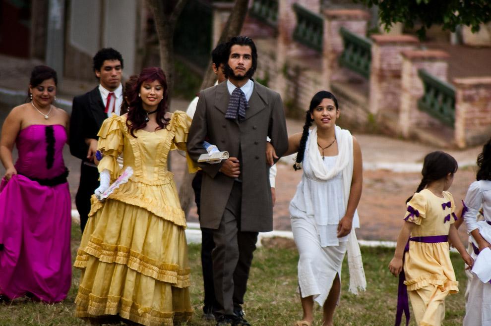 El elenco de teatro sketch sobre la vida y vivencia de Francisco Solano López y su familia, caminan por el patio frente a la Iglesia La Candelaria. (Areguá, Paraguay - Elton Núñez)