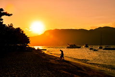 (ChrisSchc) Tags: ocean sunset sea summer people silhouette boats mar pessoas barcos prdosol vero ilhabela silhueta chrisschc christianschcolnik