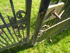 Resigned - Berustend (Cicero P12) Tags: groen slot lente zon oud ijzer hek kapot smeedwerk