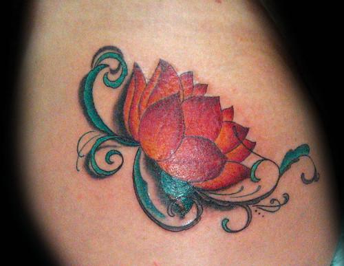 foto de tatuajes con flor. Tatuaje flor de loto Pupa Tattoo Granada