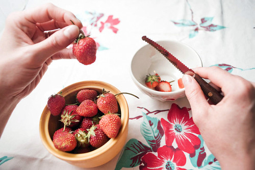 2-cutting-strawberries