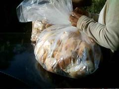 Doação de pães no Jardim