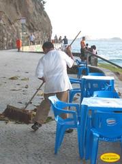 Limpeza (Janos Graber) Tags: beach riodejaneiro worker homem cadeiras trabalho mesas sliceoflife bairro leme sweeping limpeza varrendo