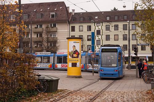 Wagen 2210 fährt rückwärts in das Wendegleis am Wettersteinplatz