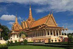 The Royal Palace , Phnom Penh, Cambodia (Chandana Witharanage) Tags: cambodia southeastasia royalpalace phnompenh capital history monument historicalmonument tourist tourism tour culture cultural architecture 7dwf landscape