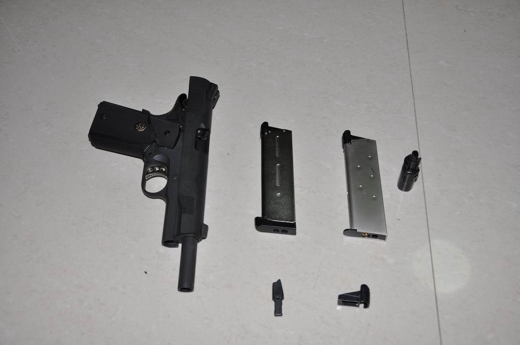 近日購入金鍾M1911的金屬飛機頭,感覺做工很好,並且適用於ARMY MEU。這款飛機頭還帶了金屬推彈嘴角和金屬彈夾頭,但R27的彈夾頭與彈夾連接的位置有兩根細鐵棒,不知怎樣才能把這兩根細鐵棒拆掉換成金屬彈夾頭?還有換了金屬飛機頭對整槍的機械性能有沒有影響? 附幾張剛換了金屬飛機頭的照片。