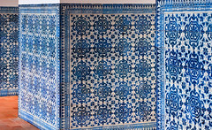 Claustro de Lavagem (73) (Malcolm Bull) Tags: world blue white heritage portugal tile site order gothic unesco knights cloister washing include templar tomar conventodecristo claustrodelavagem 20091229tomar0073edited1web