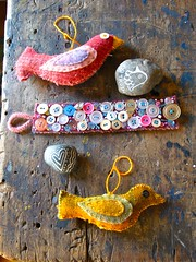 collection (roses&pearls) Tags: beautiful birds rocks buttons collection oldwood paintedrocks toybird buttonbracelet buttoncrafts buttoncuff beerhorstfamily rosebeerhorst woolcrafts birdstuffy