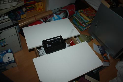 Aktenvernichter auf Altpapierkarton
