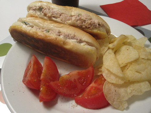 Tuna melts, chips, tomato