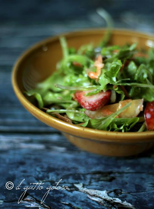 insalata di fragole, pesche, carote, capperi e yogurt