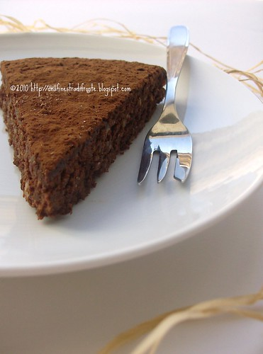 Torta ricca al cioccolato e frutta secca