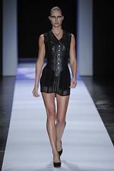 Priscilla Darolt (Lilian Pacce) Tags: vestido transparncia couro anaclaudiamichels vestidocurto