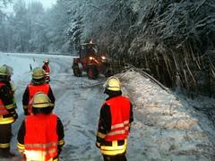 IMG_0010 (A_Kiesling) Tags: schnee winter bäume feuerwehr kettensäge hlf schneebruch bomig
