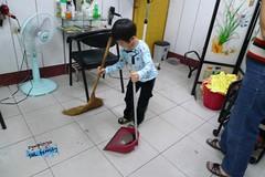 HAN4y10m剪完頭髮後,自己說要幫忙掃地!