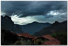 Observando desde Cucayo, Picos de Europa (un mar en calma) Tags: españa primavera gris rojo pentax nubes casas marzo tejados cantabria picos picosdeeuropa vegadeliebana pentaxk10d cucayo evadium