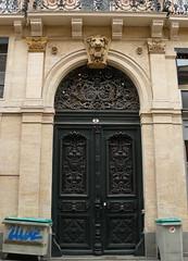 Toulouse (31),  place St Georges: la porte encadre de poubelles. (Marie-Hlne Cingal) Tags: door france puerta wroughtiron porte toulouse 31 tr occitanie hautegaronne midipyrnes ferforg detalhesemferro