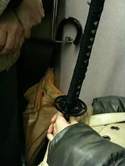 画像。 RT @nori_taka: 東横線車内、隣の席で日本刀らしきものを持った女子が爆睡してるのだが