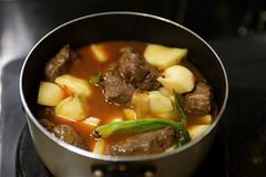 肉を煮込む