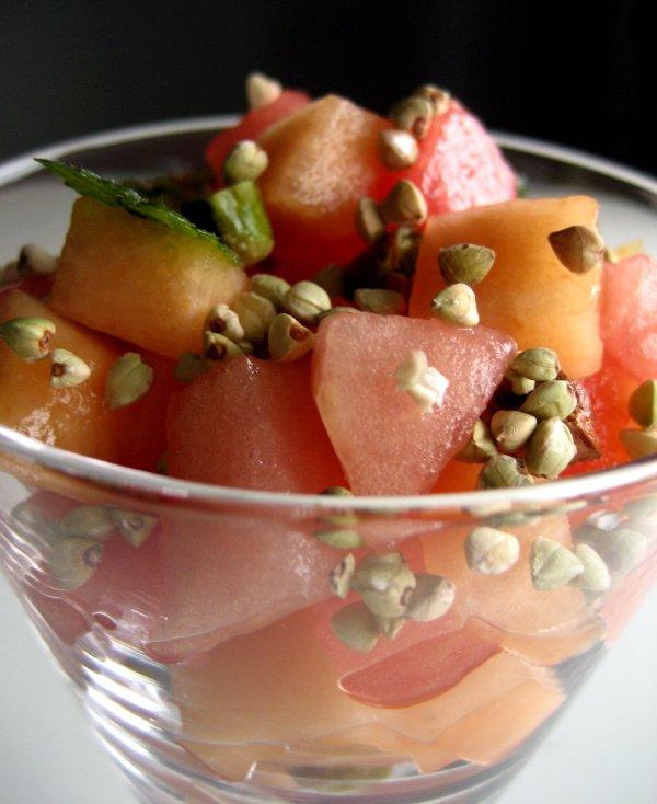 Melonfrukost med nötter och krisp
