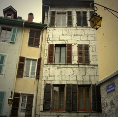 una casa in place Notre-Dame (OldGuz) Tags: france annecy window square finestra persiana piazza francia placenotredame oldguz
