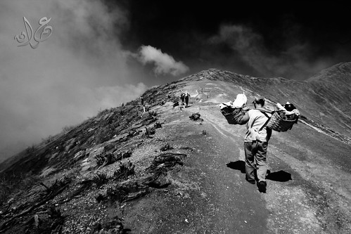Pak Rudi descending at the edge of the Kawah Ijen crater