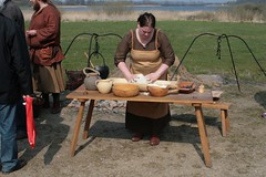 Anja Hermes macht Abendbrot für die Wikinger-Darsteller im Wikinger Museum Haithabu - Museumsfreifläche Wikinger Museum Haithabu WHH 19-04-2009