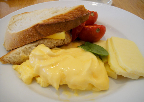 Scrambled Eggs with Cheddar and Tomatoes