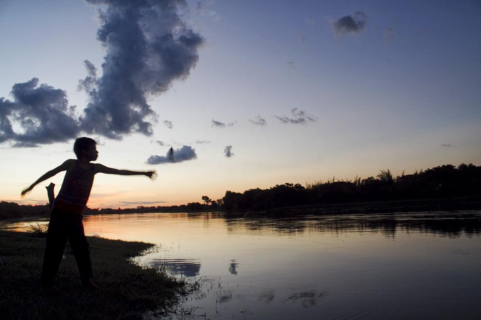 Lanzando el espinel al Rio Jejuí, en las ultimos horas de la tarde. (Puerto La Niña, San Pedro, Paraguay - Tetsu Espósito)