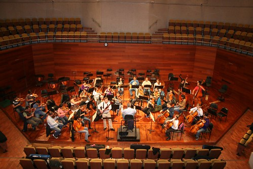 Saxton Rose rehearsing a concerto with the National Symphony of Colombia