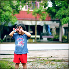 "(~.^)/"" ( prindu | JIWA) Tags: boy people ariel 50mm kid dof bokeh candid kuala terengganu nikkor50mmf14d megat bokeru prindujiwa megatrikhailwindzar windzar studio1982"