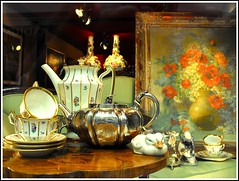 Petits clins palmipdes... (annieclic (absente)) Tags: tessin suisse lugano vitrine objets canards tasses antiquaire abigfave superstarthebest chosesanciennes