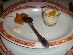 Crema de queso con cebolla confitada junto a la pechuguita de codorniz a la oriental