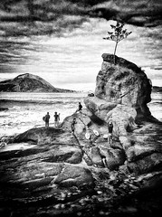 Niteroi - Pedra da Itapuca (RAUL BROCKMANN | Visual Arts) Tags: bw surf itapuca niteroi iphone4