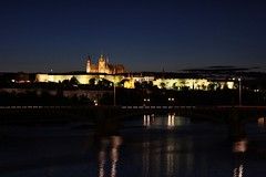 Night shot of Prague Castle (Oscar von Bonsdorff) Tags: summer june juni canon prague prag praha praga tschechien czechrepublic 2009 soe photographing praag stvituscathedral rpubliquetchque xsi tsjechi tjekkiet repblicacheca  keskuu repubblicaceca cehia esko tjeckien csehorszg tsekki prg 450d cechia tkkland  infinestyle  ekcumhuriyeti tehhi updatecollection catedraldesantvit  ynphobblaghtheck oscarvonbonsdorff