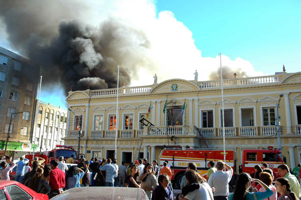 Prefeitura foi praticamente destruída pelo fogo. Crédito: adrianaantunes.blogger/reprodução