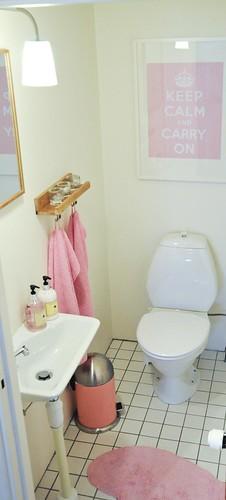 Den rosa gästtoaletten i källaren