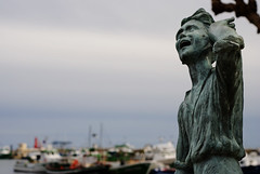 Cridant el peix de Cambrils (JordiPasto) Tags: blue boy sea water azul port puerto 50mm fisherman spain nikon barco retrato cel cielo catalunya chico niño cambrils tarragona noi pescador retrat vaixell costadaurada llamar d80 campdetarragona cridar