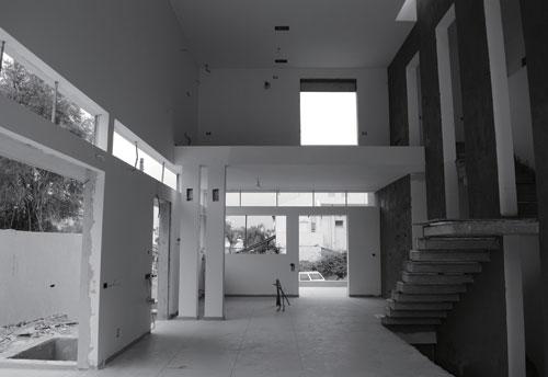 וילה על מגרש מלבני כחלק ממבנה דו-משפחתי בהוד השרון. בחזית מוקם האזור המשותף. יש הפרדה מובהקת בין אזורים פרטיים לאזורים ציבוריים בבית