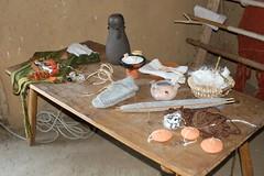 Schautisch von Hallveig (Michaela Kafai) im Haus des Tuchhändlers in Haithabu (Wikinger Museum) - Museumsfreifläche Wikinger Museum Haithabu WHH 19-04-2009