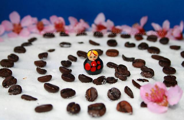 immagine creativa con chicche caffè fiori matrioska