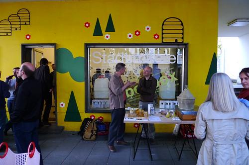 Finger Beebox Verkauf von Stadthonig. April 2010