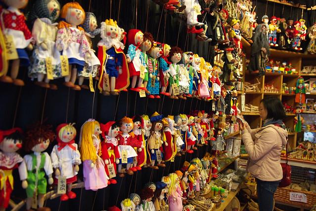 Cesky Krumlov 庫倫諾夫:滿滿的木偶。在尋問過店員是否可照像後,就盡情的照了~