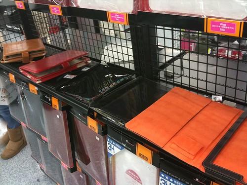 商品棚やガラスショーケースに入れてあるだけでなく、iPadケースは手にとって触ることが可能。