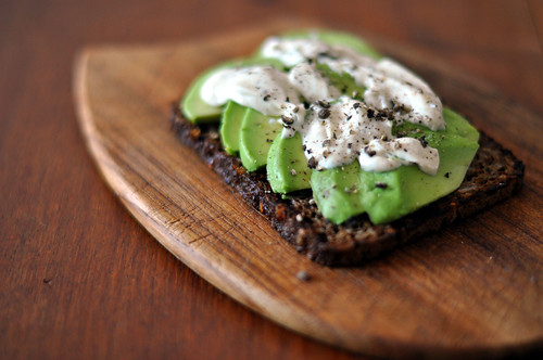 Ristet rugbrød med avocado og sennepsmayonnaise