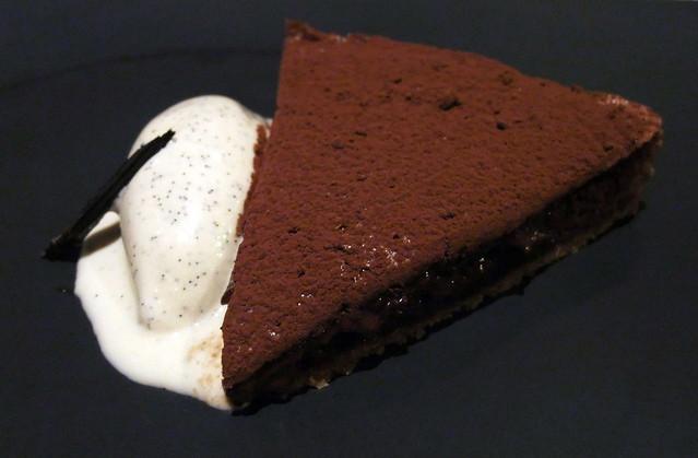 Tarte fine sablée au chocolat, glace à la vanille de Bourbon (Chocolate pastry tart with Bourbon vanilla ice cream)