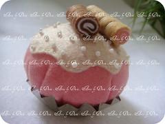 Alfineteiro cupcake de morango (Artes by Dani) Tags: handmade artesanato felt cupcake pincushion feltro artesanatobrasileiro feitoamão alfineteiro cupcakedefeltro artesbydani alfineteirocupcake cupcakedemorango