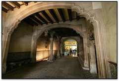 Entrada a la Casa Amatller, Barcelona (Jess Cano Snchez) Tags: barcelona espaa canon spain modernism catalonia catalunya modernismo catalua modernisme barcelones eos20d passeigdegracia espanya casaamatller eixample ensanche efs1022 elsenyordelsbertins bcin