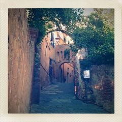 romantisches Stadttor in Lari